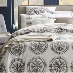 WEST ELM Medallion Feather King Duvet New!